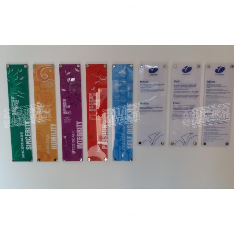 Placas em acrílicos com aplicação de adesivo
