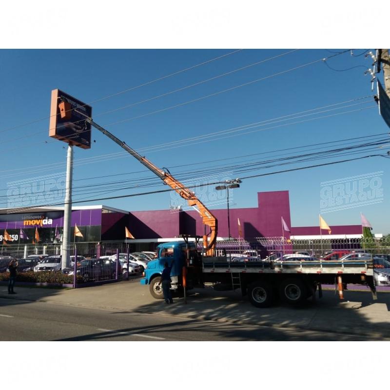 Instalação de painel com caminhão munck