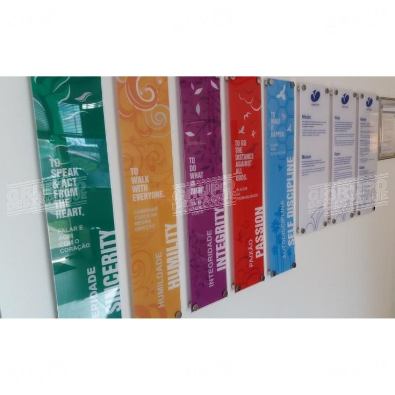 `Placas em acrilico com aplicação de adesivo